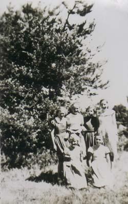 Wandertag 1956 - 6.Klasse<br>oben von links:<br>Ingeborg Degener, Christa Eilert, Inge Zinck, Christa Syring<br>unten von links:<br>Sigrid Schröder, Helga Abraham