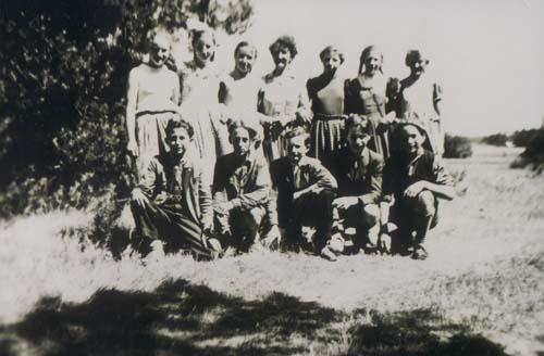 oben von links:<br>Christa Eilert, Inge Zinck, Christa Syring, Helga Abraham, Lehrerin Ilse Posselt, Inge Zinck,   Ingeborg Degener, Sigrid Schröder<br><br>unten von links:<br>Rüdiger Kunz, Wolfgang Allrich, Rudi Nowack, Eberhard Schöffel, Karl-Heinz Höpfner