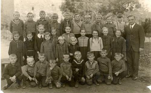 Schulbild 1. bis 4.Schuljahr 1937 / 38 mit Lehrer Zimmer (Nachfolger von Wilke)