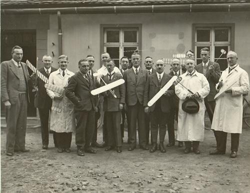 Modellbau Segelflieger<br>4.v.l. - Herr Friedrich (Schulleiter von Schweinitz)<br>10.v.l. -  Herr Zimmer